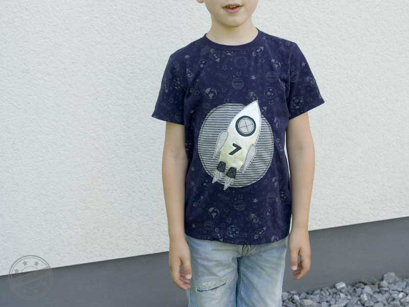 EGGsclusiv: Basic-T-Shirt nähen, Schnittmuster Klimperklein, Applikation RocketBoy - enemenmeins Freebie