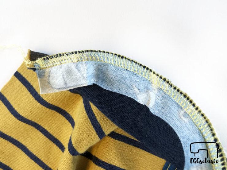 Bündchennaht versäubern mit der Coverlock, Streifen annähen