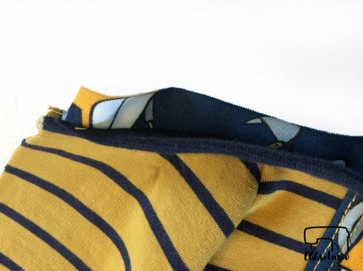 Bündchennaht versäubern mit der Coverlock, Streifen mitfassen