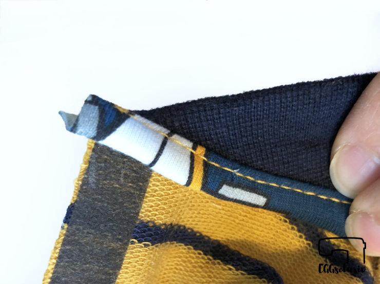 Bündchennaht versäubern mit der Coverlock, Streifen einklappen
