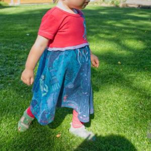 Drehkleid für Mädchen nähen nach dem Schnittmuster Lotti's Drehkleid von Mitosa Kreativ mit passendem Raglanbody und Leggings von Klimperklein aus dem Bio-Jersey Meerjungfrau von Susalabim/ Lillestoff. Passend dazu ein Puppenlöwenzahn von Firlefanz für den Krümel.