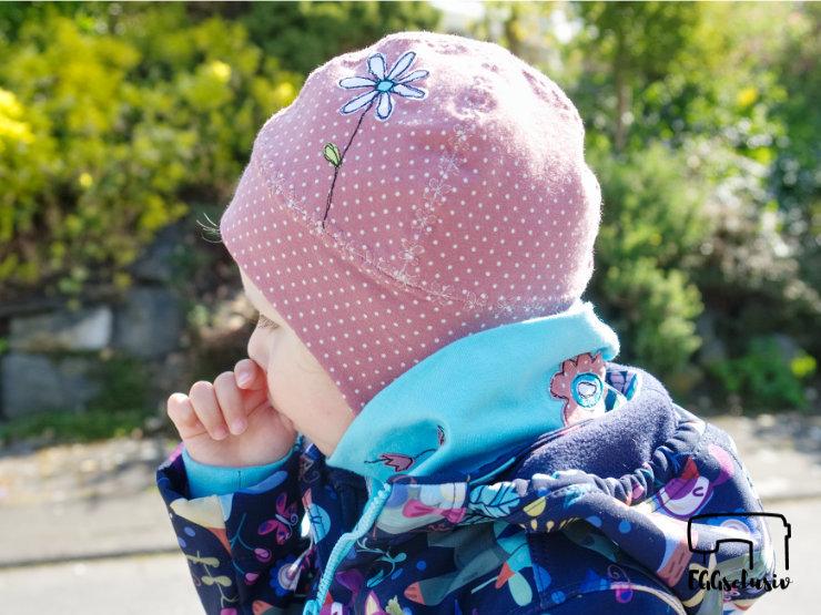 EGGsclusiv: Halssocke - Leni Pepunkt und Ohrenklappenmütze - Schnabelina mit Blumen-Applikation für den Frühling unter dem Fahrradhelm.